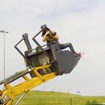 Bij gebrek aan aan hele hoge ladder...broek kon ik weggooien, die zat onder de smeer!